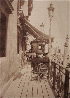 Marcel Proust à Venise, assis à la terrasse de l'hôtel de l'Europe. Via