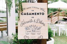 """Placa de madeira com """"bem-vindos"""" na entrada do casamento."""