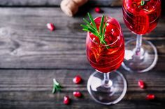 Champagne møder Cosmopolitan: Nem og smuk drink til jul og nytår Champagne Mimosa, Gin Och Tonic, Cosmopolitan Drink, Non Alcoholic Sangria, Homemade Apple Cider, Easy Drink Recipes, Vegan Recipes, Food Club, Vegan Thanksgiving