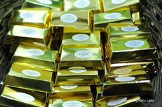 Wedding favors: chocolate pieces boxed in a gold bar