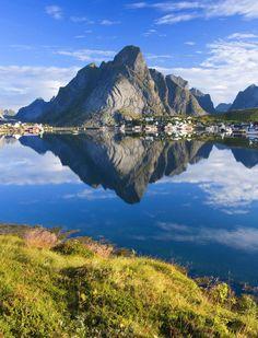 Hoe zou dat zijn, een 25-daagse rondreis naar de #Noordkaap en #Lofoten? Op dit bord krijg je een impressie van deze onvergetelijke #autorondreis. Je rijdt door diepe bossen en prachtige meren. De uitgestrektheid van het gebied zorgt voor lange autoritten maar de continu veranderende uitzichten maken deze reis tot een natuurlijk schouwspel! Vanaf $2002,- (dat is €1529,-) ervaar je het zelf: http://www.pharosreizen.nl/stellen/rondreizen-scandinavie/ #rondreis #Scandinavie