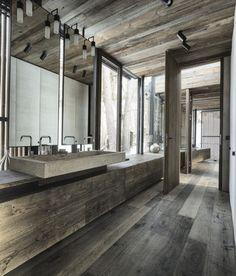 baie moderna cu accente rustice decor lemn masiv