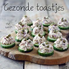 Gezonde toastjes met tonijnsalade zijn super makkelijk om te maken en erg lekker. Deze toastjes en nog veel meer gezonde recepten vind je op Voedzaam & Snel