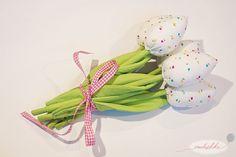 Tulipany z materiału są świetnym sposobem, aby wprowadzić do domu trochę wiosny.A uszycie ich jest naprawdę bardzo łatwe. Diy Flowers, Fabric Flowers, Flower Diy, Pin Up, Patches, Felt, Textiles, Christmas Ornaments, Sewing