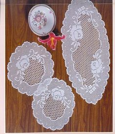 Doilies and runner, with charts Beautiful Crochet Dollies, Crochet Doily Patterns, Crochet Art, Crochet Home, Thread Crochet, Crochet Motif, Crochet Designs, Crochet Flowers, Crochet Table Runner