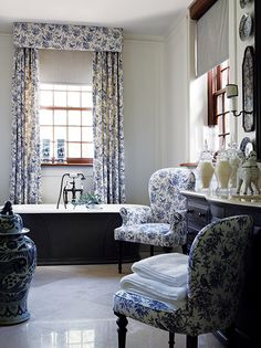 symphony in blue & white .. X ღɱɧღ  || Chinoiserie Chic: The Blue and White Chinoiserie Bath