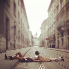 Влюбленные лежат на дороге, фотограф Игорь Сазонов