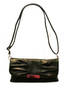 Kaunis musta juhlalaukku, mikä ei kavahda juhlahetkiä arjenkaan keskellä. Lähdit sitten juhliin tai kahville kaverin kanssa, tämä laukku sopii sinulle ja antaa tyyliä tärkeisiin hetkiin! - BeBag.fi