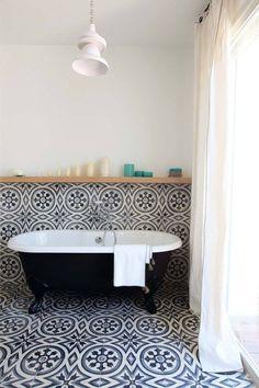 Like having the TILE run up the WALL finishing with a wooden SHELF - Salle de bains vintage avec baignoire ancienne et carreaux de ciment. Estilo Interior, Home Interior, Bathroom Interior, Bathroom Gray, Bathroom Remodeling, Damask Bathroom, 1920s Bathroom, Moroccan Bathroom, Mermaid Bathroom