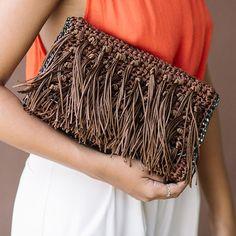 Mira XL. Bolsa tira colo, feita à mão de crochet, com franjas e fios acetinados. Com acabamento e alças de ônix, fecho de imã na parte interna, logo e bolso interno. Handmade Clutch, Handmade Bags, Crochet Bag Tutorials, My Style Bags, Ethno Style, Macrame Bag, Diy Purse, Crochet Handbags, Crochet Squares