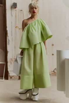 Solace London Spring 2019 Ready-to-Wear Fashion Show Collection: See the complete Solace London Spring 2019 Ready-to-Wear collection. Look 2 Lux Fashion, Runway Fashion, Spring Fashion, Fashion Outfits, Tropical Fashion, London Spring, Fashion Show Collection, Models, Jumpsuits For Women