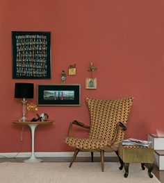 Aprenda a emoldurar e expôr as suas lembranças na parede - Casa Lounge, Chair, Wall, Design, Diy, Furniture, Yellow, Home Decor, Beautiful