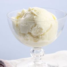 Here& a simple recipe for low-fat vanilla ice cream. Our version has all the richness you& need but about 90 fewer calories than store-bought premium ice cream and a whopping 15 grams less total fat and 10 grams less saturated fat per serving. Low Calorie Ice Cream, Healthy Ice Cream, Frozen Yogurt Recipes, Frozen Desserts, Frozen Treats, Easy Desserts, Healthy Desserts, Healthy Recipes, Stevia Desserts