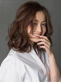 Believe it or not, but wavy hair looks much more attractive than straight hair. Medium Short Hair, Short Hair With Bangs, Wavy Hair, Medium Hair Styles, Curly Hair Styles, Haircuts Straight Hair, Thick Hair, Medium Permed Hairstyles, Middle Hair