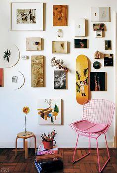 14 ideias criativas para transformar a decoração da sala e montar uma bela parede de quadros e pôsteres. Aprende como montar a composição de quadros, as dicas de altura e de número de objetos e a composição das cores.