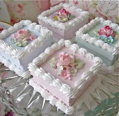 Lovely mini cakes at teatime Pretty Cakes, Cute Cakes, Beautiful Cakes, Fancy Cakes, Mini Cakes, Shabby Chic Cakes, Fake Cake, Square Cakes, Small Cake