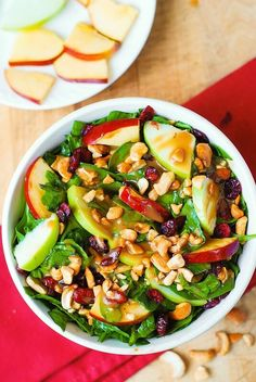 Apple Cranberry Spinach Salad with Cashews and Balsamic Vinaigrette - healthy, delicious, easy-to-make salad! With lots of good for you ingredients, this recipe is packed with fiber, and it's gluten free! It's a great salad to make Salad Bar, Side Salad, Best Salad Recipes, Healthy Recipes, Cranberry Spinach Salad, Spinach Salads, Thanksgiving Dinner Recipes, Walnut Salad, Clean Eating