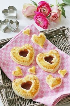 Blätterteig-Marmeladen-Herzen zum Valentinstag, be my valentine, valtentines day, love, liebe, couple, yummy, yum, food, foodblogger, heart, herzen, liebe geht durch den magen, valentistags rezept, valentinstag essen, valtentines day recipe, Valentines Day Gift Guide, valentinstag, geschenke für sie, geschenke für ihn, tipps, rosen, schmuck, unterwäsche, mac, make up, hair, beauty, rosa, girly stuff, männer, frauen, liebe, love, selbstgemachte Schokoladenerdbeeren zum Valentinstag…
