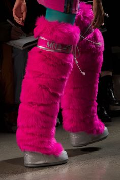 Jeremy Scott at New York Fashion Week Fall 2018 - Details Runway Photos Autumn Fashion 2018, Ski Fashion, Fashion Boots, Fashion Trends, Gyaru Fashion, Fashion Inspiration, Thigh High Boots, Over The Knee Boots, Furry Boots