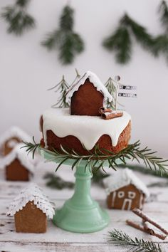 Adorable ginger bread house and Christmas cake. There is a beautiful simplicity with white icing and gingerbread Noel Christmas, Christmas Goodies, Christmas Desserts, Holiday Treats, Christmas Treats, Christmas Baking, Holiday Recipes, Christmas Cakes, Xmas