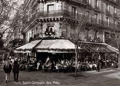 Cigarettes Gauloises avec du café et du lait pour l'après-midi ensemble et une brioche fraîche sur le Boulevard Saint-Germain, rive gauche