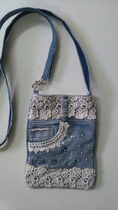 Denim bag with applications - 2019 - Denim Diy - Blue Jean Purses, Denim Crafts, Jean Crafts, Denim Handbags, Denim Purse, Denim And Lace, Blue Denim, Boho Bags, Old Jeans