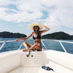 Une fille nue & un bateau, A naked girl & a boat