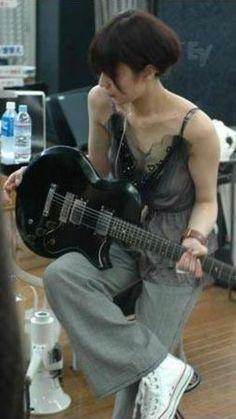 椎名林檎707 Female Guitarist, Female Singers, Shiina Ringo, Japanese Girl Band, Guitar Girl, Japanese Models, Girl Bands, Japanese Beauty, Pink Aesthetic