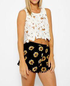 Shorts feminino de tecido estampa de girassol