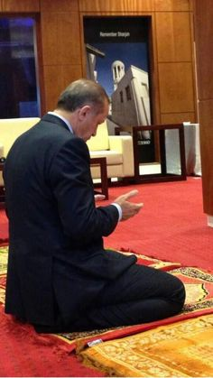Recep Tayyip Erdogan, prime minister of Turkey, praying. Islam Muslim, Islam Quran, Quran Quotes, Islamic Quotes, Fight Alone, Bravest Warriors, Allah Love, Great Leaders, World Leaders