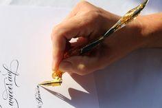Der wunderschöne, handgemachte Federhalter ist speziell für die Englische Schreibschrift / Copperplate gefertigt. Die schräge Halterung der Flange gewährleistet den korrekten Schreibwinkel. Was diesen Federhalter so speziell macht, ist die Justierbarkeit mit einer Schraube.