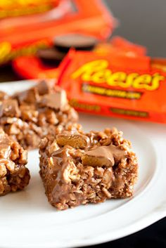 Cooking Classy: Reese's Krispie Treats - chocolate and peanut butter, what's not to love? Cereal Treats, No Bake Treats, Rice Krispie Treats, Yummy Treats, Sweet Treats, Köstliche Desserts, Delicious Desserts, Dessert Recipes, Yummy Food