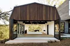Oak Pass Guest House by LA based Walker Workshop Design Build. Beverly Hills, Techo Mansarda, Roof Design, House Design, Mansard Roof, Gambrel Roof, Workshop Design, California Homes, Minimalist Home