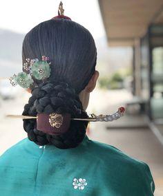 Korean Traditional Clothes, Traditional Fashion, Traditional Outfits, Korean Hanbok, Korean Dress, Korean Outfits, Hairstyles For Gowns, Men Hairstyles, Korean Photography