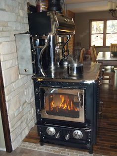 using a wood stove. I have never lived in a home with a wood stove Old Stove, Stove Oven, Kitchen Stove, Wood Burning Cook Stove, Wood Stove Cooking, Antique Wood Stove, How To Antique Wood, Into The Woods, Alter Herd