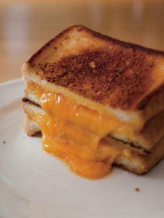 とろとろに溶けたチェダーチーズがおいしさの決め手になる基本のグリルドチーズサンド。食パンの両面に塗ったマヨネーズでカリッと香ばしく焼き上がる。|『ELLE a table』はおしゃれで簡単なレシピが満載!