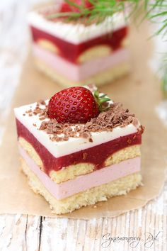 "Ciasto ,, Truskawkowa Rozkosz "" – Cynamonowy Pył Layered Desserts, Mini Desserts, Cake Recept, Cookie Recipes, Dessert Recipes, Kolaci I Torte, Cake Bars, Just Cakes, Sweet Bar"