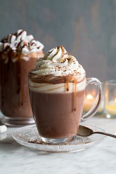 The best way to warm up in the winter is with a sweet hot chocolate. Here you'll find how to make the best homemade hot chocolate recipes that you can make at home. Make hot chocolate for one if you'd Hot Chocolate Recipe Easy, Vegan Hot Chocolate, Homemade Hot Chocolate, Chocolate Food, Christmas Hot Chocolate, Hot Cocoa Recipe, Chocolate Milkshake, Chocolate Chips, Starbucks Recipes