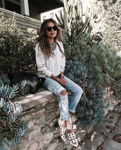 easy breezy.  | @shop_sincerelyjules sweatshirt  @levis @shopredone jeans by sincerelyjules