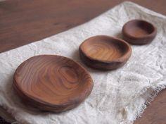 手彫りの豆皿です。絵本「三匹のクマ」にでてくる木のお皿をイメージして作りました。真ん中の中くらいのお皿がお母さん豆皿です。中側はツルツルですが、外側、裏は削り...|ハンドメイド、手作り、手仕事品の通販・販売・購入ならCreema。