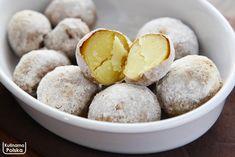 Ten przepis to nasze odkrycie tej jesieni – ziemniaki z piekarnika, które smakują i wyglądają jak z ogniska. Te ziemniaki zachwycą każdego. Na pierwszy rzut oka trudno rozpoznać, jak zostały zrobione. Wyglądają jak wyjęte prosto z popiołu i w smaku bardzo przypominają te z ogniska. Są przepyszne z masłem, ale też doskonale nadają się jako … Vegan Recipes, Cooking Recipes, Polish Recipes, Tapas, Delicious Desserts, Food And Drink, Favorite Recipes, Snacks, Dishes
