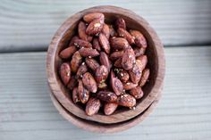 Quick and simple recipe for roasted almonds with a spicy sauce of Sriracha, soy sauce and sesame seeds.