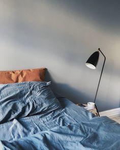 Midnattsblått sengesett og laken kombinert med puter i en lekker bruntone.