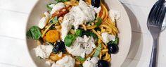 Spaghetti met tomaat, spinazie, paddenstoelen, olijven, basilicum, mozzarella en pijnboompitten