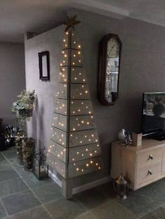 Christmas DIY: Corner Pallet Tree w Corner Pallet Tree with Lights.these are the BEST DIY Christmas Decorations Noel Christmas, Christmas Projects, All Things Christmas, Winter Christmas, Christmas Lights, Pallet Christmas, Modern Christmas, Beautiful Christmas, Simple Christmas