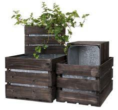 Plantekasser til hagen og terrassen. Stor guide, enten du vil kjøpe eller lage selv. Noen er enkle, men funksjonelle. Andre kan brukes som grønne romdelere. Outdoor Furniture, Outdoor Decor, Outdoor Storage, Planters, New Homes, Black, Small Stuff, Home Decor, Balcony