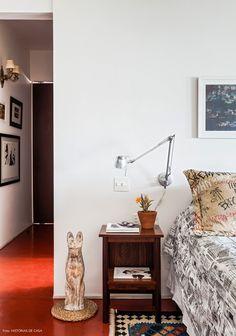 36-decoracao-quarto-quadros-piso-cimento-queimado-corredor