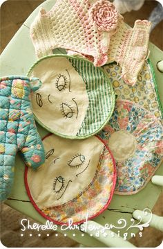 It's fun to see these crocheted, quilted, embroidered, vintage potholders and imagine who owned them. Vintage Embroidery, Vintage Crochet, Aprons Vintage, Vintage Sewing, Sewing Crafts, Sewing Projects, Vintage Potholders, Shabby, Vintage Love
