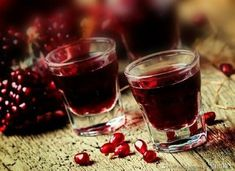 Likier z granatów. Pomegranate Liqueur, Food Design, Red Wine, Alcoholic Drinks, Food And Drink, Homemade, Vogue, Cooking, Ethnic Recipes