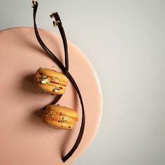 Зеркальная глазурь пожалуй самый популярный вид покрытия для  муссовых тортов.  Глянцевые блики притягивают взгляд и возбуждают аппетит. Для окраски глазури мы рекомендуем использовать минимальное количество красителей естественных оттенков. Цвет глазури должен подчеркивать содержание торта и никак иначе. Если основной вкус - красные ягоды то выбирайте малиновый цитрусовые- желто-оранжевые оттенки лайм- базилик идеально подчеркнет светло салатовый цвет.  Оставайтесь с нами и мы продолжим…